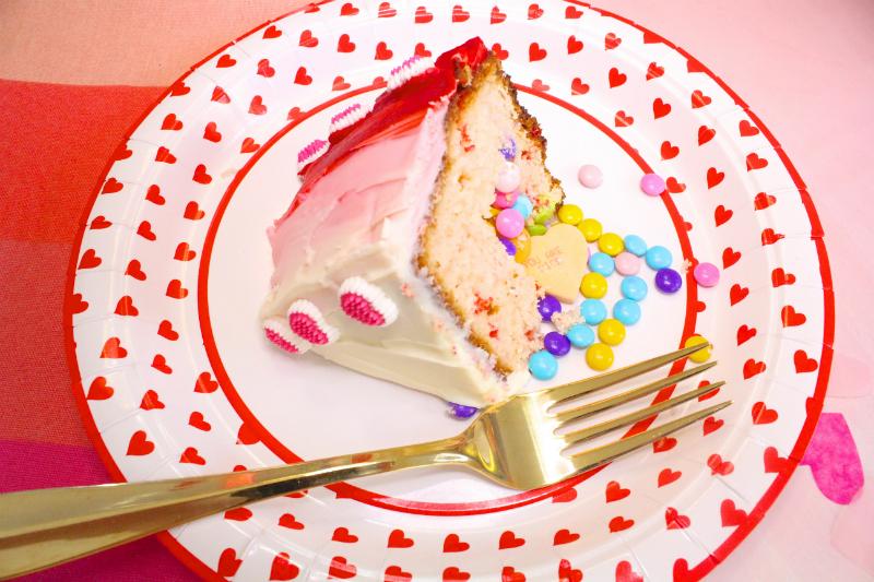 VALENTINES-DAY-OMBRE-HEART-PINATA-CAKE-6