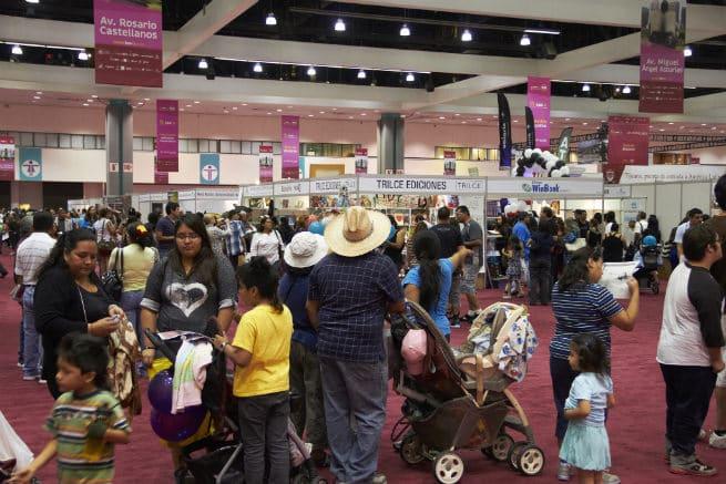 1 LeaLA Pasillos abarrotados-Crowded aisles