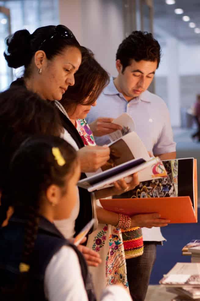 6 LeaLA Familia ojeando-Family browsing
