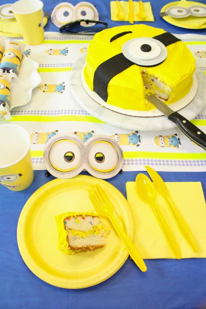 DIY-MINIONS-PARTY-Cake-Slice
