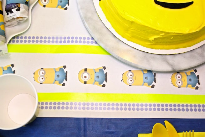 DIY-MINIONS-PARTY-Table-Runner-4