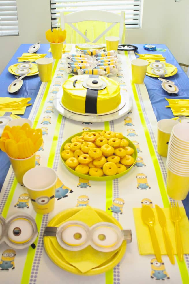 DIY-MINIONS-PARTY-Table