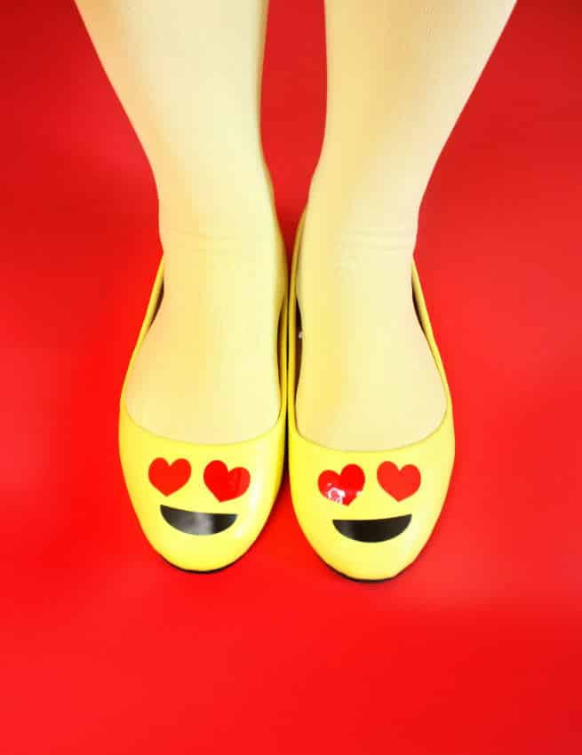 DIY-Emoji-Halloween-Costume-Shoes